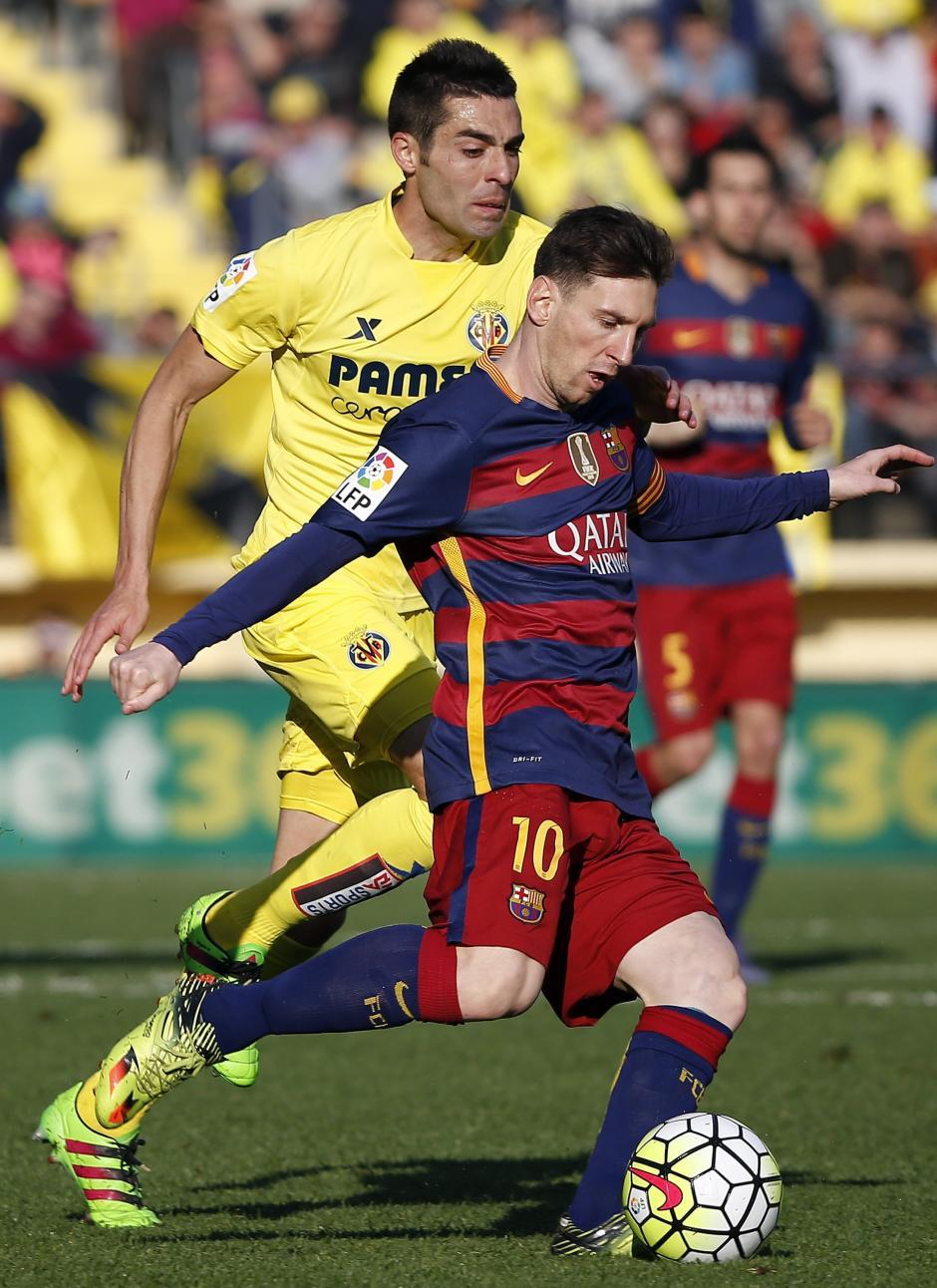 El delantero del FC Barcelona Leo Messi disputa un balón con el centrocampista del Villarreal Bruno Soriano, durante el partido de la trigésima jornada de la Liga. (Foto: EFE/Kai Försterling)