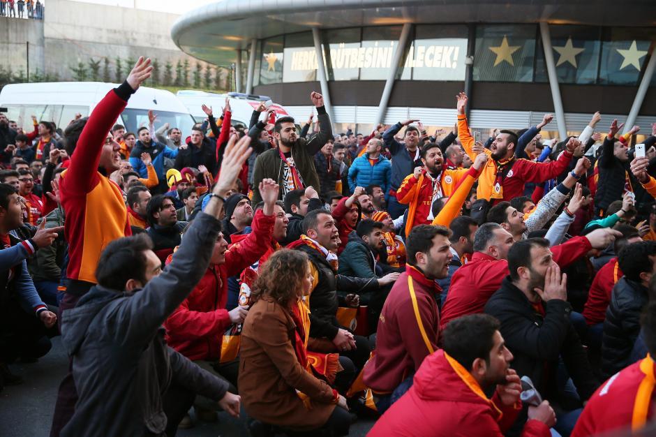 Los aficionados protestaron porque les desalojaron del estadio. (Foto: EFE)