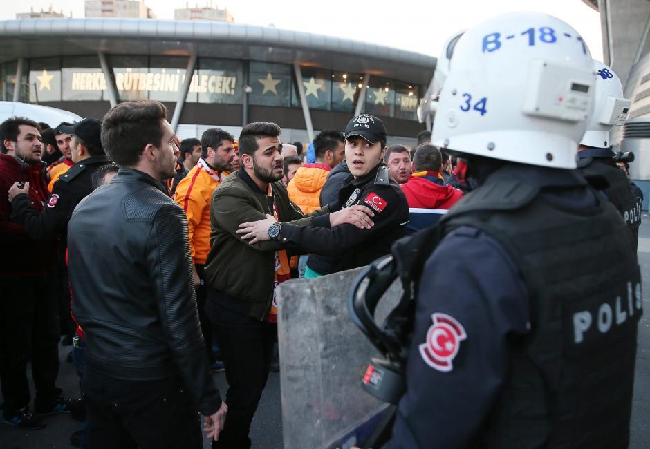 Aficionados alegaron contra las fuerzas de seguridad. (Foto: EFE)