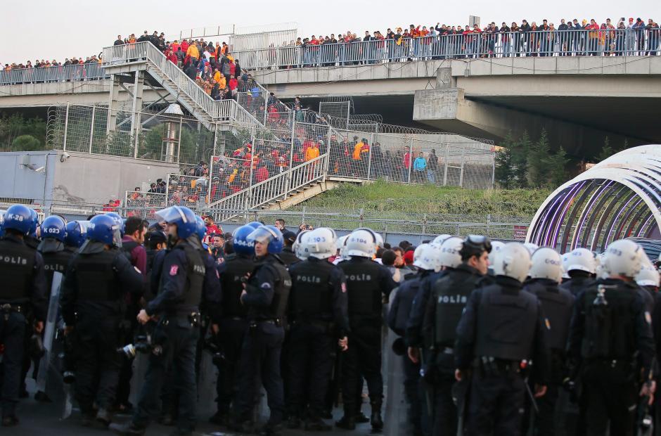 Los aficionados fueron sacados del estadio. (Foto: EFE)