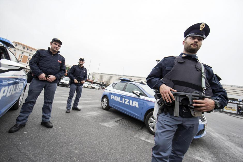 Policías italianos armados patrullan por la estación de ferrocarril de Termini, en Roma. (Foto: EFE)