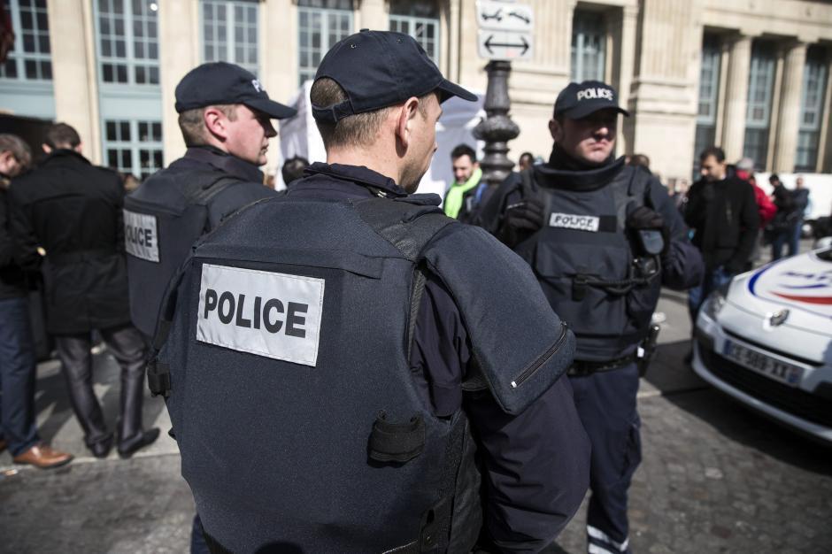 Policías franceses vigilan los alrededores de la estación ferroviaria de Gare du Nord en París. (Foto: EFE)