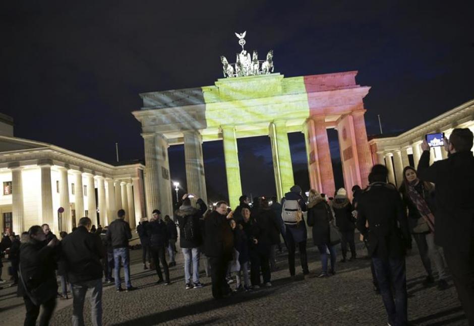 La puerta de Brandenburgo se vistió con los colores de la bandera nacional belga en Berlín. (Foto EFE)