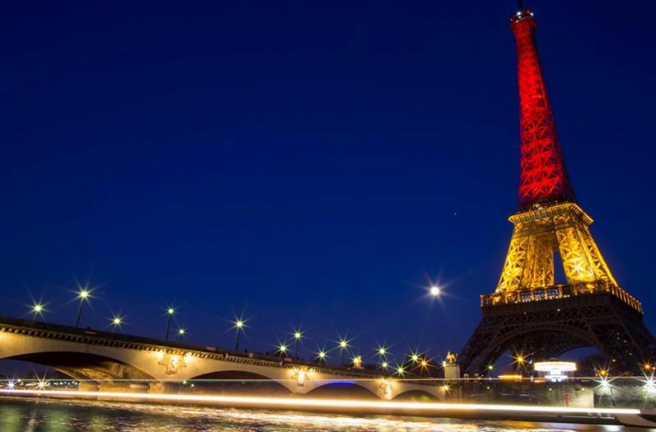 La Torre Eiffel se iluminó con los colores de la bandera belga en honor a las víctimas de los atentados. (Foto EFE)