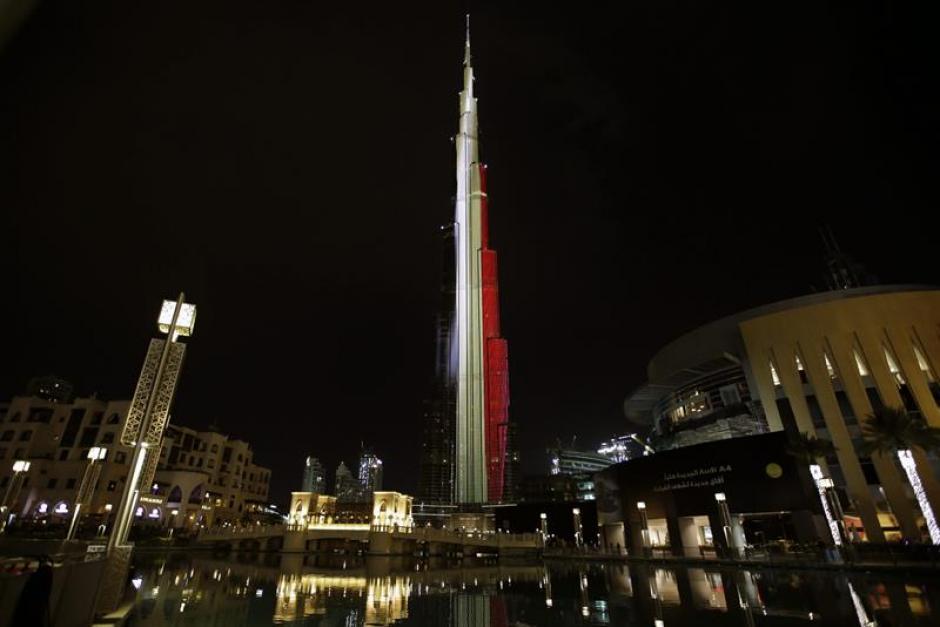 El edificio Burj Khalifa, en Dubai, permanece iluminado con los colores de la bandera nacional belga. (Foto EFE)