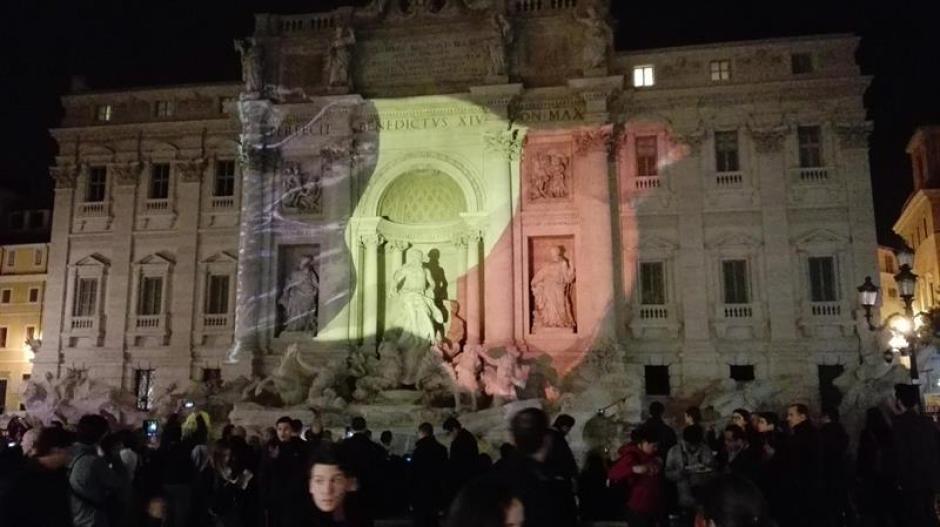 Al fondo de la fuente de Trevi, en Roma, se proyecta la bandera nacional belga. (Foto EFE)