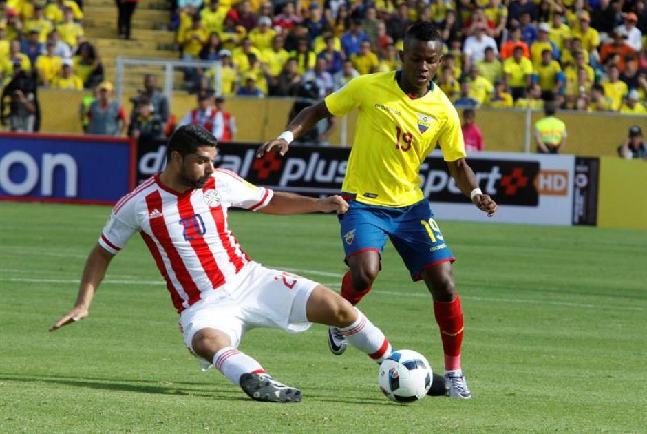 Juan Cazares disputa un balón con el jugador de Paraguay Néstor Ortigoza (Foto: EFE)