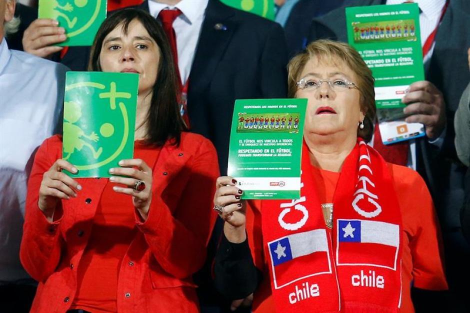 La presidenta de Chile Michelle Bachelet y la ministra del deporte Natalia Riffo cantan el himno nacional de Chile. (Foto: EFE)