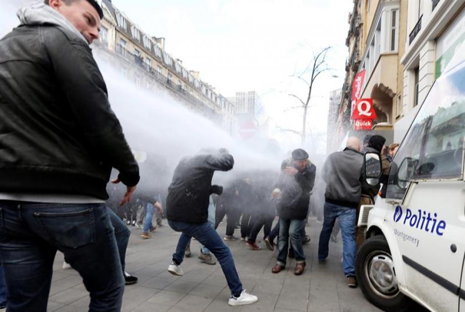 La Policía de Bélgica dispersó a los manifestantes lanzándoles agua. (Foto: EFE)