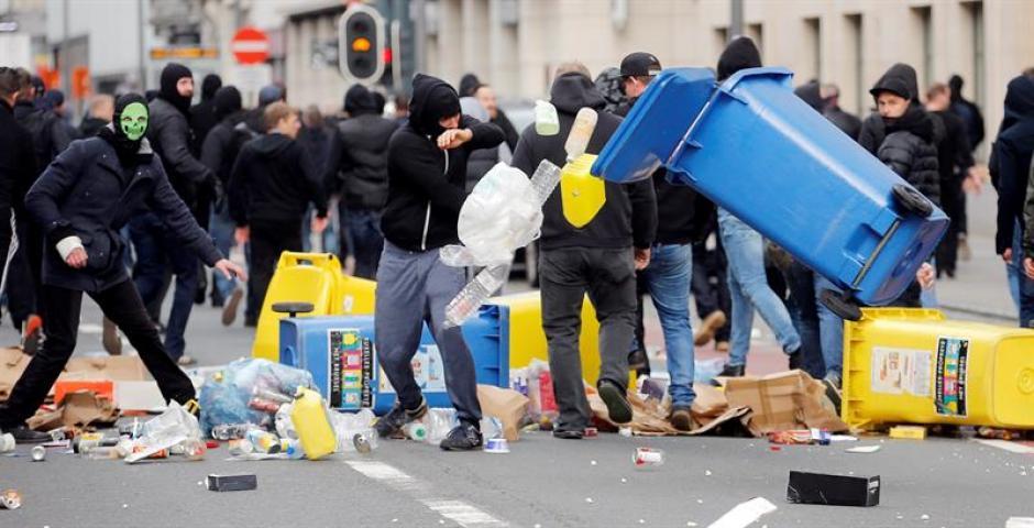 Los radicales belgas causaron destrozos en la plaza de la Bolsa de Bruselas. (Foto: EFE)
