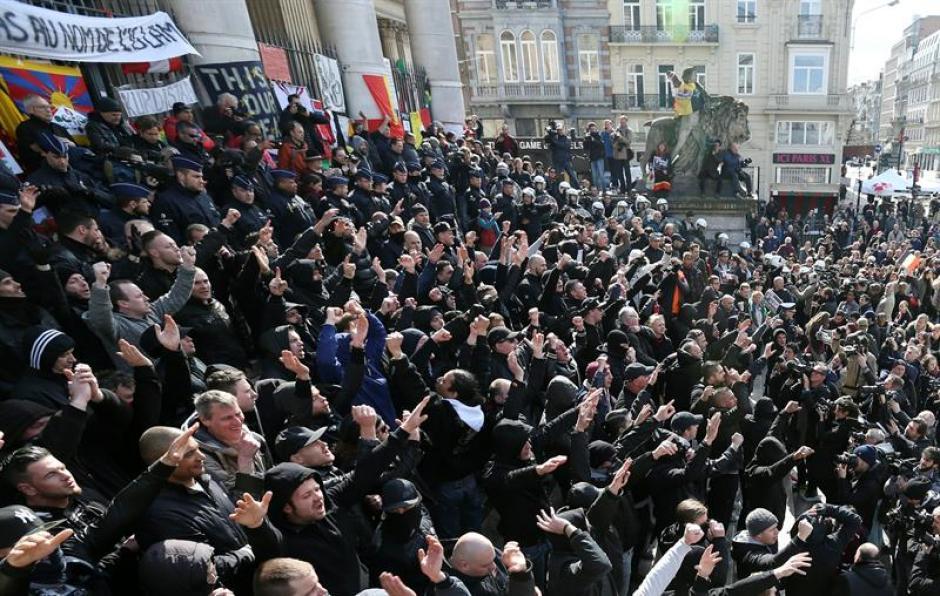 Los manifestantes pacíficos le pidieron a los radicales que respetaran el homenaje a las víctimas. (Foto: EFE)