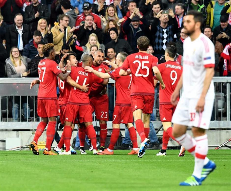 Arturo Vidal es felicitado por sus compañeros. (Foto: EFE)