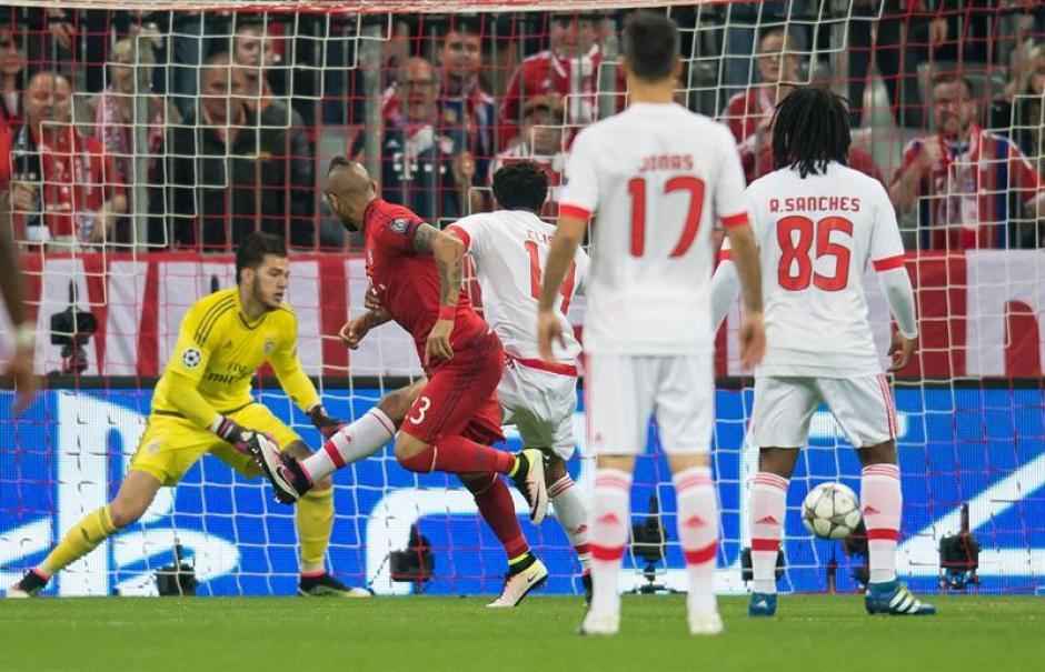 Vidal consigue superar a la zaga y al portero del Benfica. (Foto: EFE)