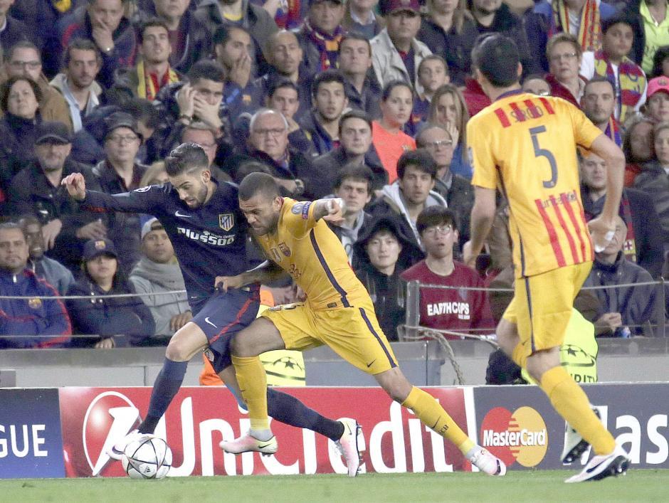 Los laterales del Barcelona tuvieron trabajo. (Foto: EFE)