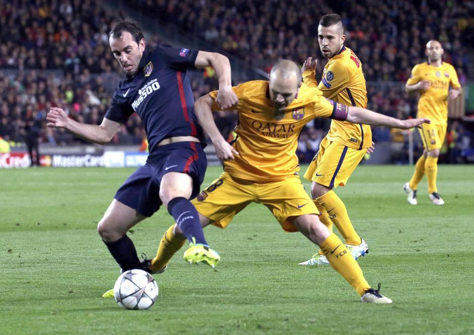 Iniesta tuvo una férrea marca. (Foto: EFE)