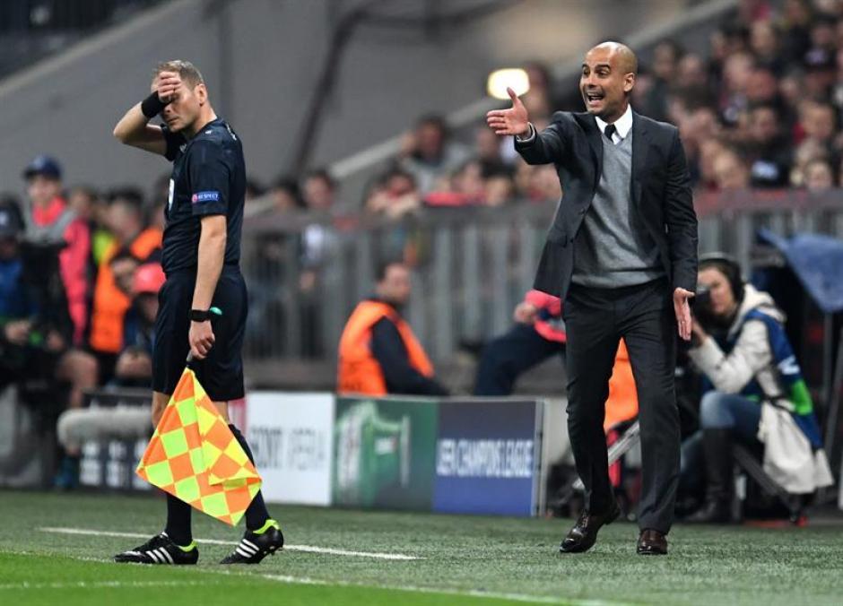 Pep Guardiola arengó a sus jugadores. (Foto: EFE)