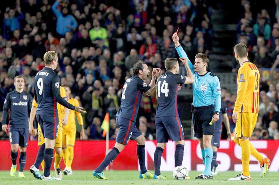 """""""El Niño"""" Torres fue expulsado por doble amarilla a los 35 minutos. (Foto: EFE)"""