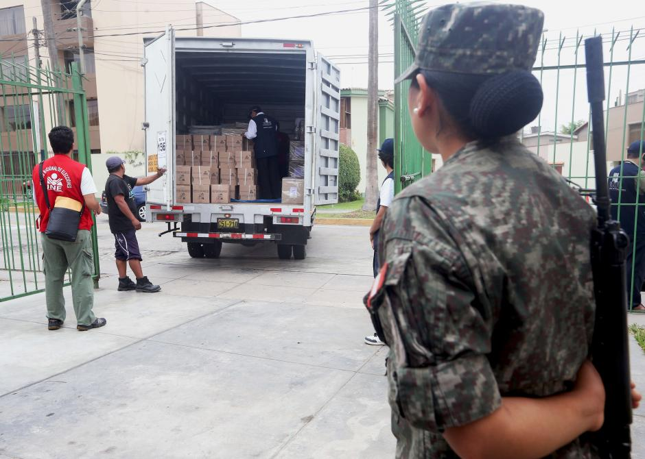 Militares brindan seguridad en los centros de votación. (Foto: EFE)