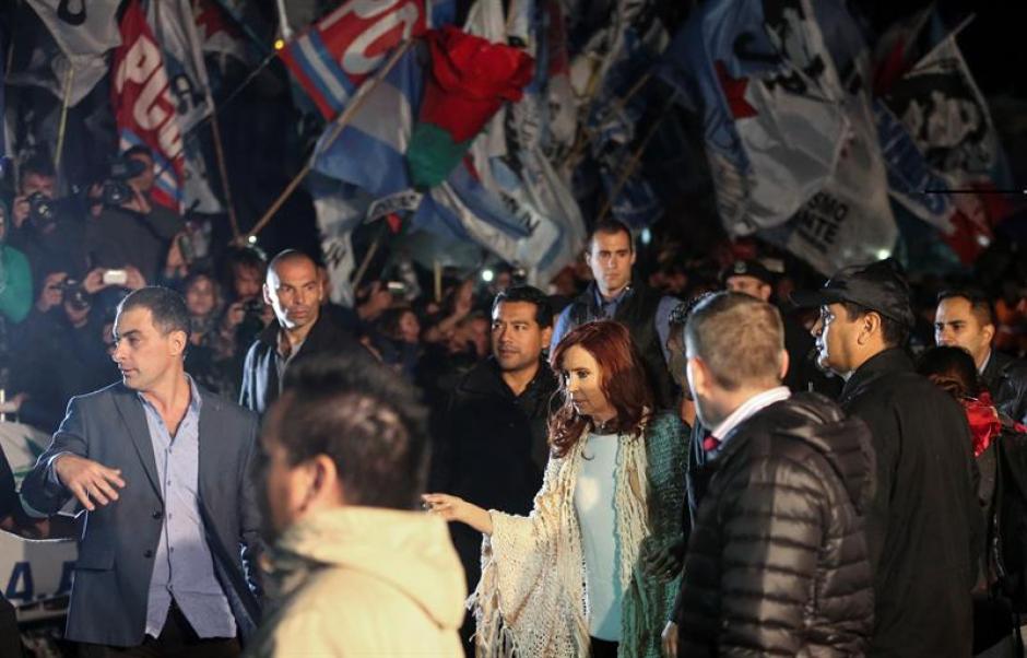 La exmandataria volvió a Buenos Aires y fue recibida por la militancia kirchnerista con cánticos, banderas y bombos. (Foto: EFE)
