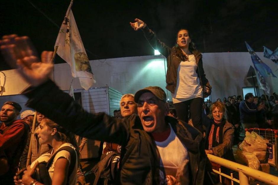 Los seguidores esperaron durante varias horas el retorno de la exmandataria. (Foto: EFE)