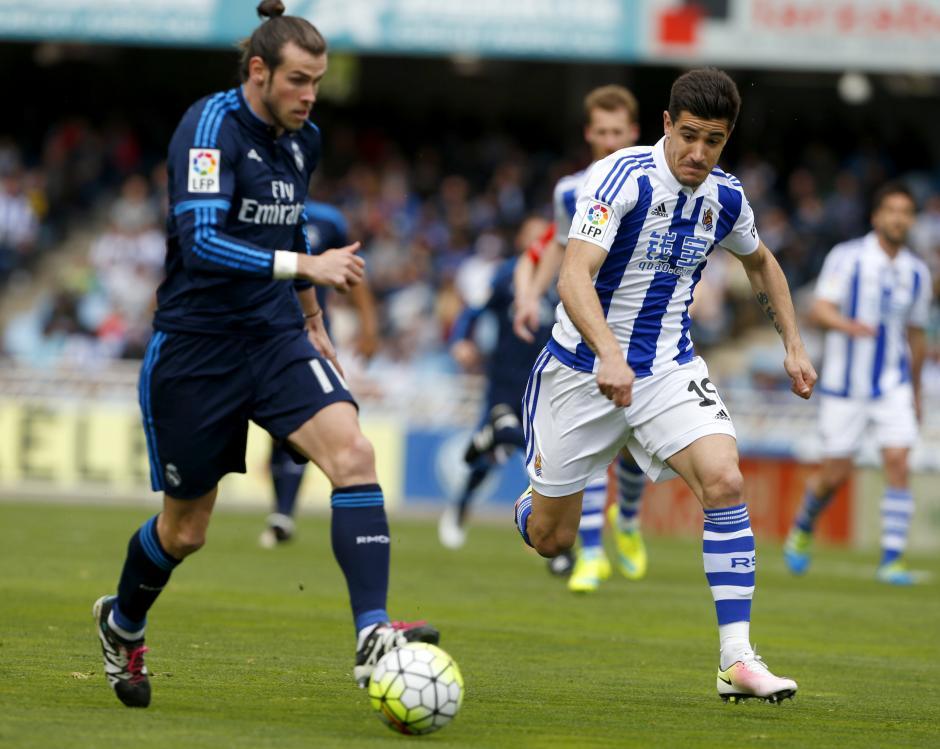 Bale y Yuri Berchiche (derecha) en la disputa del balón. (EFE)