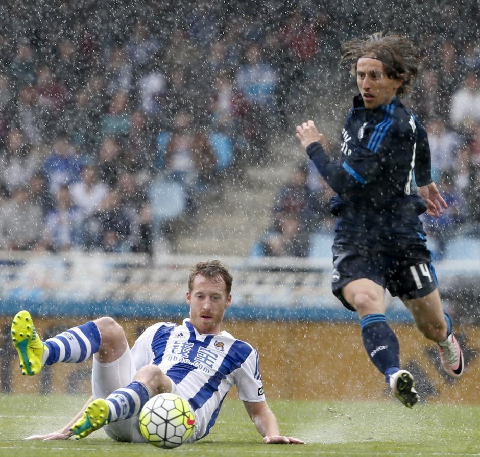 David Zurutuza se barre ante Luka Modric. (Foto: EFE)