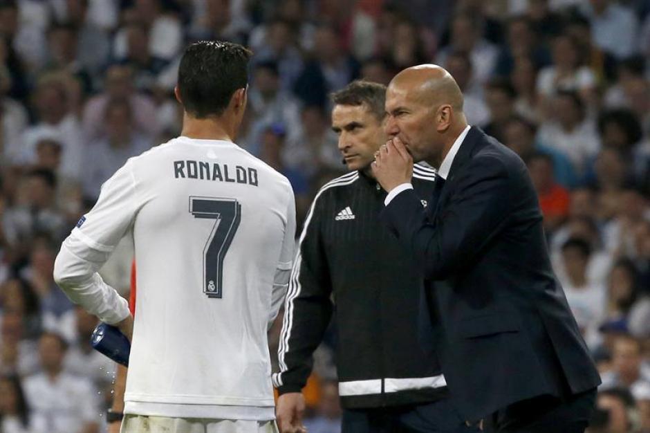 Cristiano Ronaldo le dice a Zidane qué cambios hacer. (Foto: EFE)