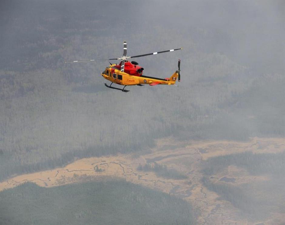 Con helicópteros intentan sofocar las llamas. (Foto: EFE)