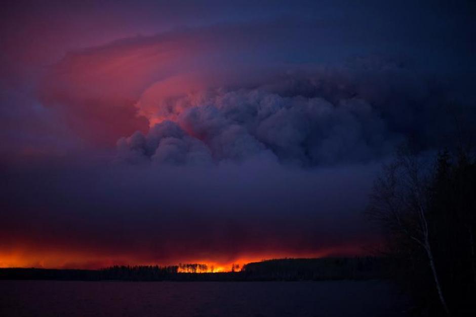 El incendio ha hecho evacuar varios residenciales. (Foto: EFE)