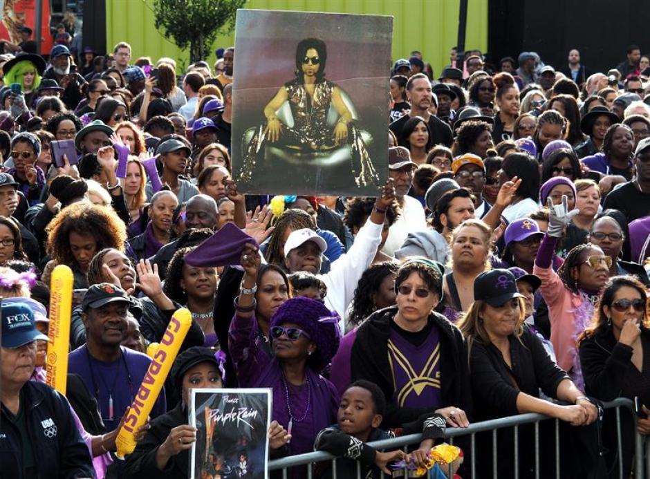 Una multitud en el Grand Park se reunieron para celebrar la vida de Prince que murió a los 57 años. (Foto: EFE)