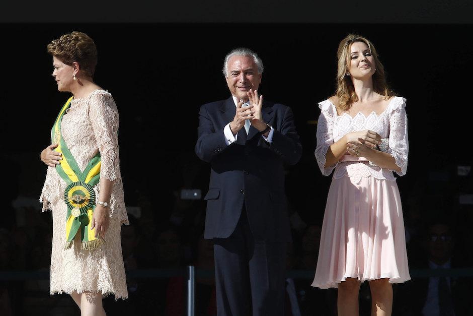 Marcela Temer junto a su esposo, Michel Temer, de 75 años y Dilma Rousseff. (Foto: EFE)