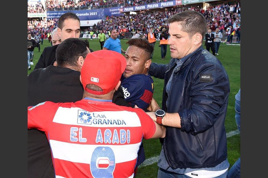 Un aficionado del Granada golpea a Neymar durante la celebración. (Foto: EFE)