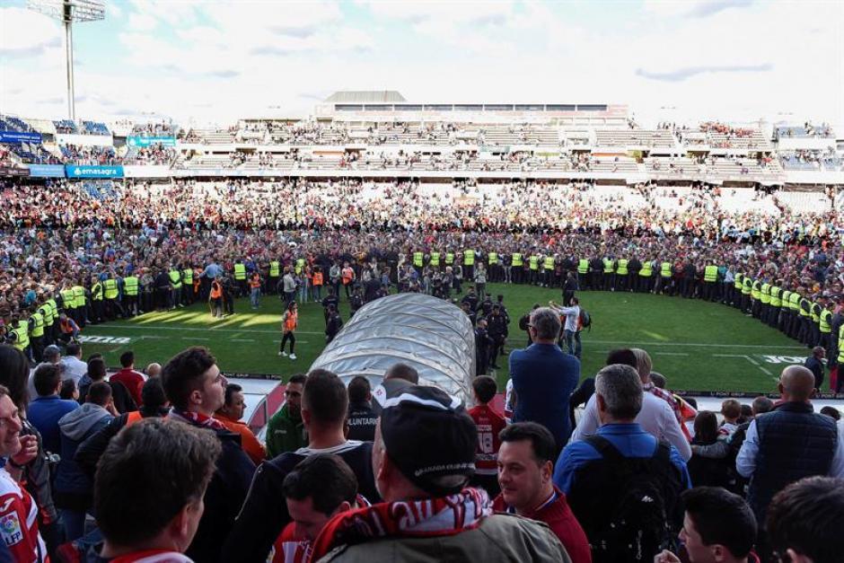 Luego de varios minutos la seguridad retoma a medias el control del estadio. (Foto: EFE)