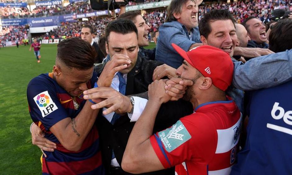 La seguridad del estadio intenta sin éxito alejar a la gente de la gramilla. (Foto: EFE)