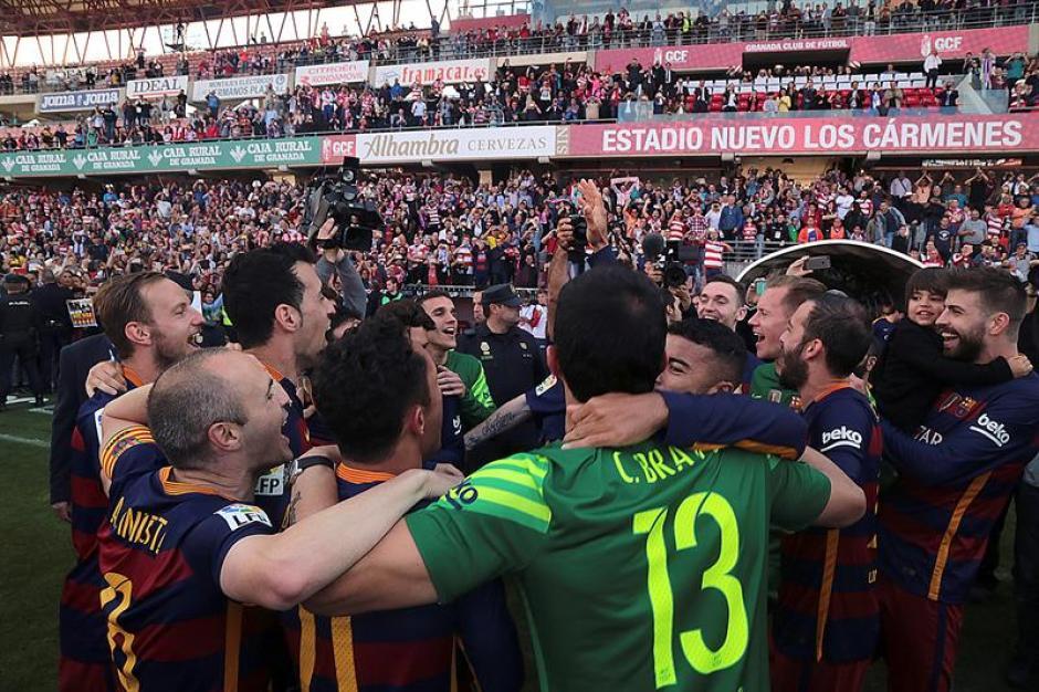 Los jugadores celebran en un mar de gente del Granada. (Foto: EFE)