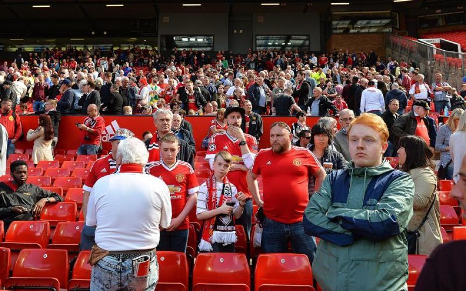 Cerca de 20 mil aficionados tuvieron que ser evacuados del Old Trafford. (Foto: EFE)