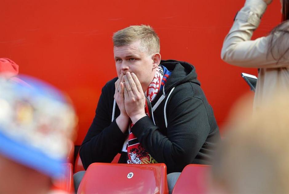 Los aficionados tuvieron que esperar varios minutos antes de ser evacuados del estadio. (Foto: EFE)