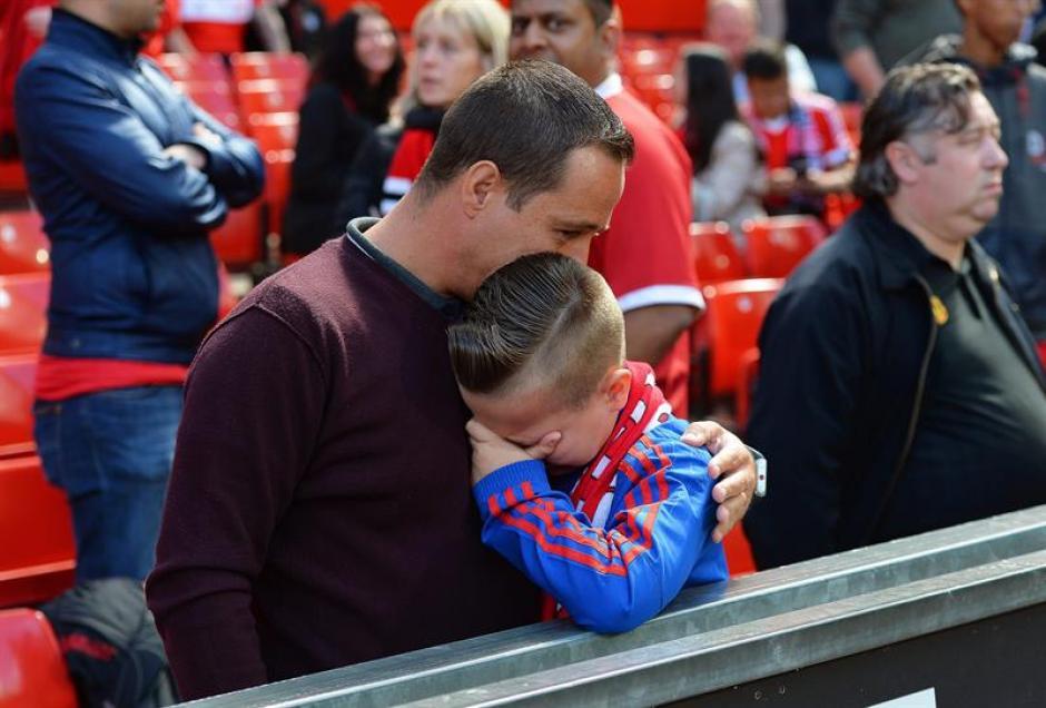Momentos de tensión se vivieron en Old Trafford por un paquete sospechoso que obligó a suspender el encuentro. (Foto: EFE)