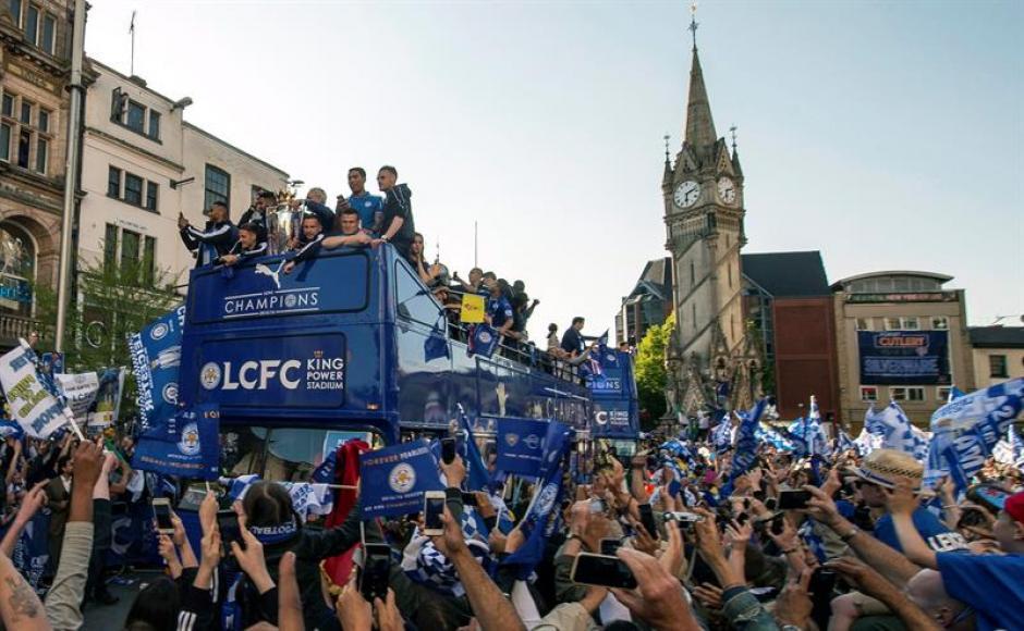 Miles festejaron el título con los jugadores del Leicester. (Foto: EFE)