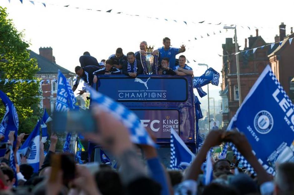 Banderas y mucha emoción en la ciudad de Leicester. (Foto: EFE)