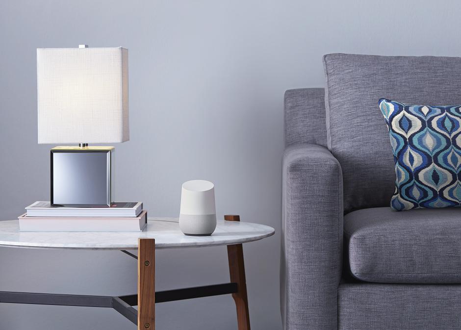 El Google Home un dispositivo que se activa por medio de la voz y permite a los usuarios obtener respuestas de Google, reproducir música y gestionar tareas diarias.