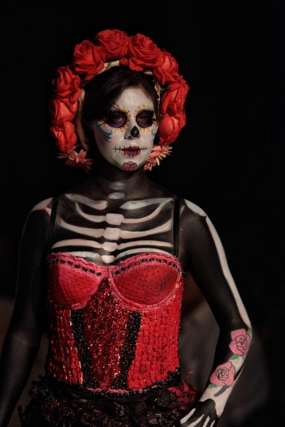 El desfile de modas se inspiró en fiestas internacionales. (Foto: EFE)