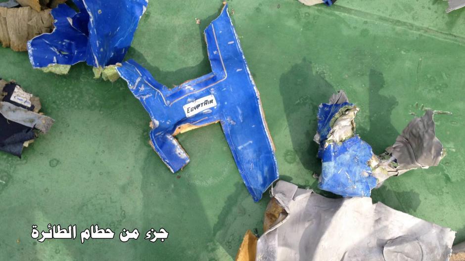 Varias partes del avión siniestrado fueron localizados en el mar. (Foto: EFE)