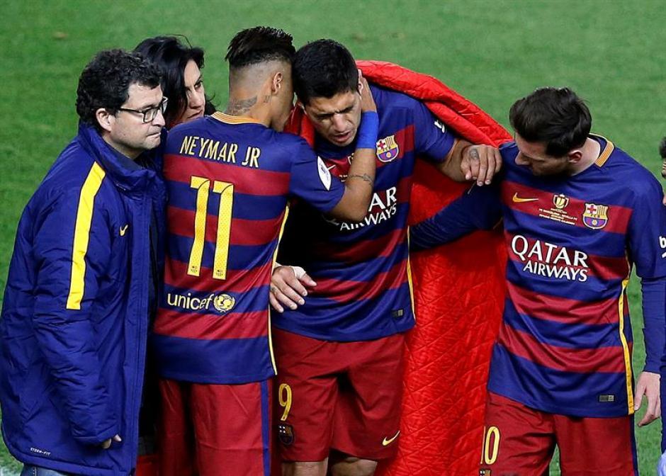 Los jugadores y doctores consolaron a Luis Suárez. (Foto: EFE)