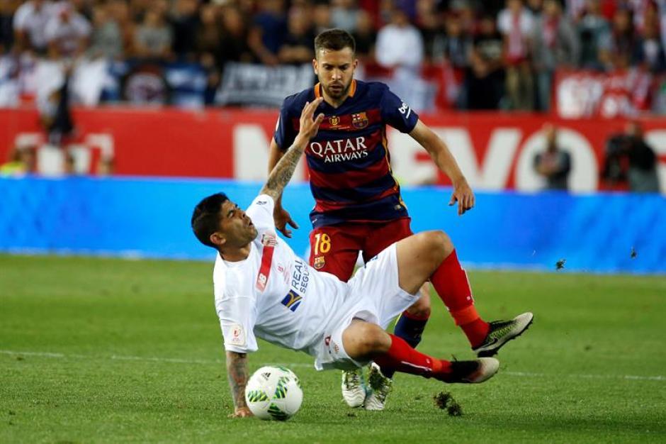 El partido se jugó con mucha fuerza. (Foto: EFE)