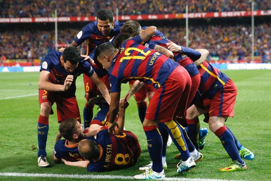 Alba es felicitado tras marcar el primer gol del Barcelona. (Foto: EFE)