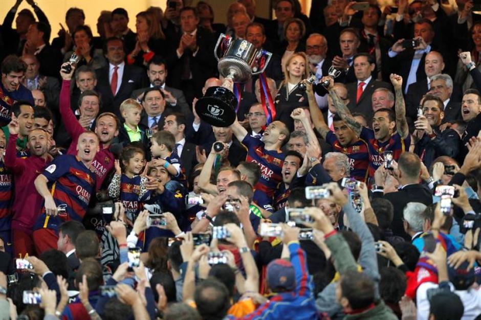 Iniesta recibió la Copa del Rey. (Foto: EFE)