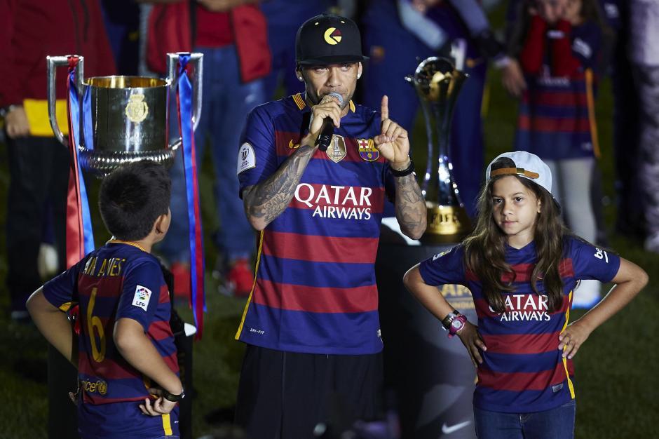 Alves captado durante la celebración por la consecución de los títulos de Liga y de Copa del Rey. (Foto: EFE)
