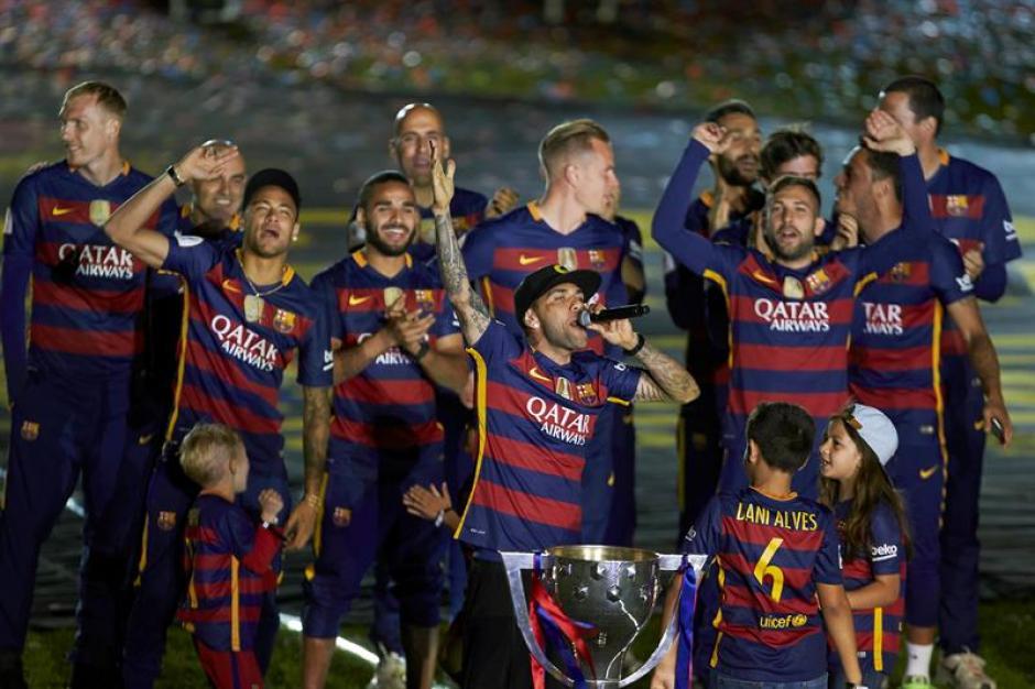 Alves fue el más animado en el festejo de doblete. (Foto: EFE)