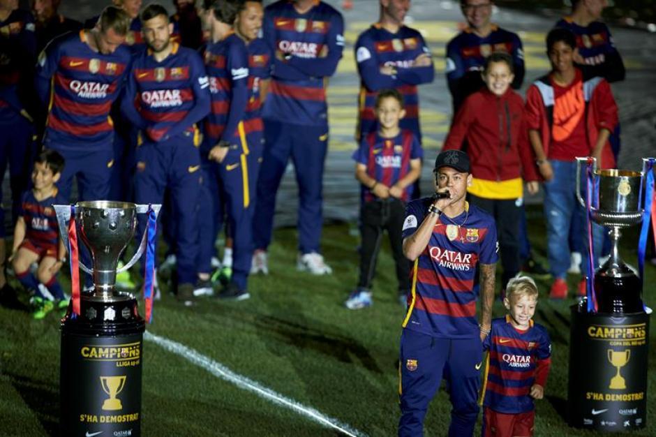Neymar puso el ambiente en gran parte del festejo. (Foto: EFE)